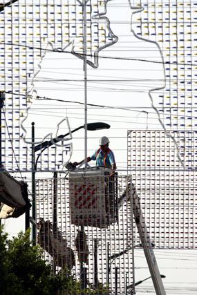 La instalación de 553.183 lámparas de bajo consumo reducirán la factura de la feria, al igual que disminuirá las emisiones de CO2. FOTO: Javier Albiñana