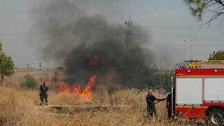 Un pequeño fuego brota en una zona de pasto próxima a Su Eminencia.  Foto: B. Vargas