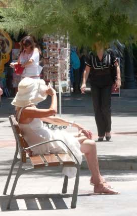 Es preferible no exponernos al sol durante largos periodos, y no podemos olvidar usar la protección adecuada al tipo de piel, edad y zona del cuerpo.