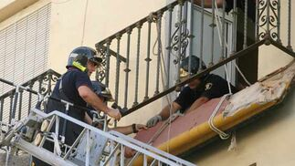 Los efectivos de seguridad trabajan para evitar que el balcón caiga al vacío.  Foto: Belén Vargas