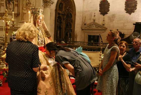 Inmagen del besamanos de la virgen de los Reyes  Foto: Antonio Pizarro