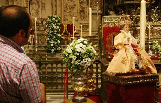 El niño Jesús viste ropa a juego con la virgen  Foto: Antonio Pizarro