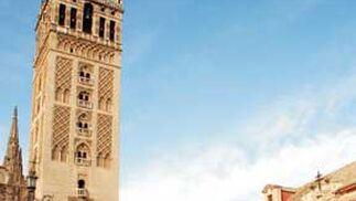 La Giralda, con el alzado virtual de la torre en rojo.