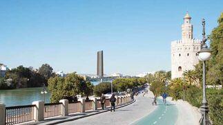 La Torre del Oro, con el alzado virtual de la Torre Cajasol al fondo.