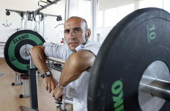 Monchi, apoyado en unas pesas.  Foto: Antonio Pizarro