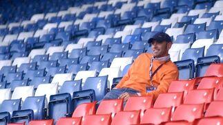 En Glasgow viendo entrenar al Sevilla la víspera de la final de la Copa de la UEFA ante el Espanyol