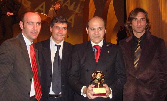 Con Juande, Del Nido y Javi Navarro recibiendo el trofeo al mejor club de 2006