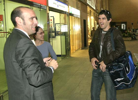 Monchi recibe a Germán Hornos en abril de 2004 tras el grave accidente de tráfico que sufrió el uruguayo la Navidad de 2003