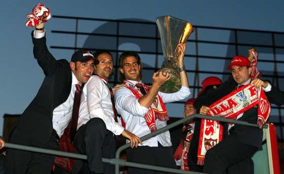 Monchi celebra junto a Jesuli y Aitor Ocio la Copa de la UEFA ganada al Middlesbrough en Eindhoven en mayo de 2006