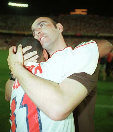 Monchi se abraza con Olivera tras el ascenso del Sevilla a Primera en 2001.