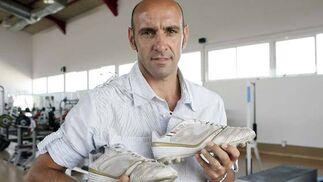 Monchi, con las botas en la mano.  Foto: Antonio Pizarro