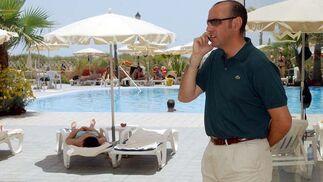 Monchi habla por el móvil en Isla Canela.