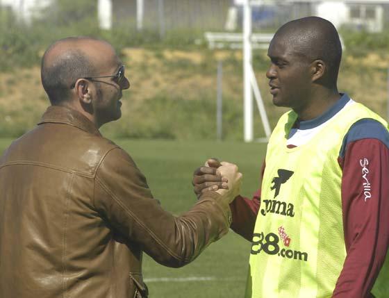 Monchi saluda a Mosquera en un entrenamiento