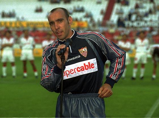 Presentación del Sevilla el 12 de agosto de 1999, momento del anuncio de su retirada como futbolista profesional.