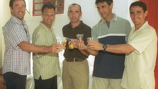 Brindis el día de San Ramón en 2000 con su tocayo Ramón Vázquez, Caparrós, Antonio Álvarez y Manolo Jiménez.