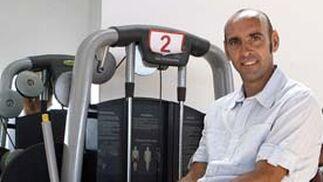 Ramón Rodríguez Verdejo, sentado en un aparato del gimnasio del club.  Foto: Antonio Pizarro
