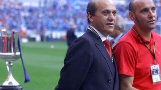En el césped del Bernabéu con Del Nido y la Copa del Rey al fondo.