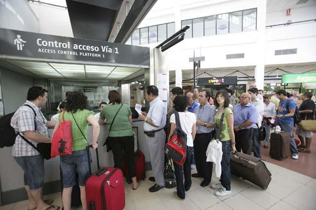 Los viajeros afectados por el corte de las vías del AVE fueron trasladados en autobús que posibilitaron transbordar a los pasajeros  de Madrid a Toledo en ambos sentidos. FOTO: EFE