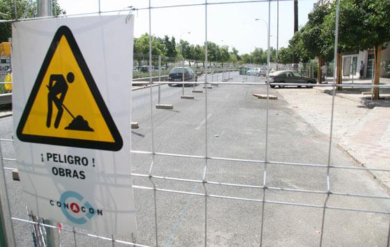 Señal de peligro en la valla que divide la calzada para el carril bici en la Avenida de Carrero Blanco/ Victoria Hidalgo