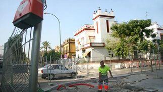 Un obrero trabaja en las obras del carril bici junto a la comisaría de la Avenida de la Cruz del Campo./ Belén Vargas