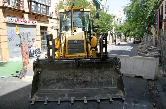 Una de las máquinas excavadoras que trabaja en las obras de la Avenida de la Cruz Roja./ Belén Vargas