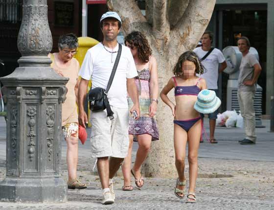 Una joven turista pasea en biquini por el centro de la ciudad.  Foto: Victoria Hidalgo/Juan Carlos Vázquez