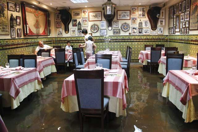 Algunos clientes de restaurantes optaron por permanecer en las mesas a pesar de que el agua cubría los locales. FOTO:Javier Flores