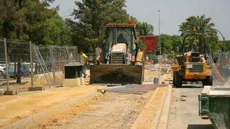 Una máquina excavadora trabaja en la ampliación del carril bici de Sevilla./ Belén Vargas