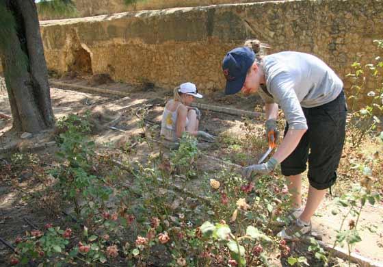 Dos mujeres preparan el jardín  Foto: Belén Vargas