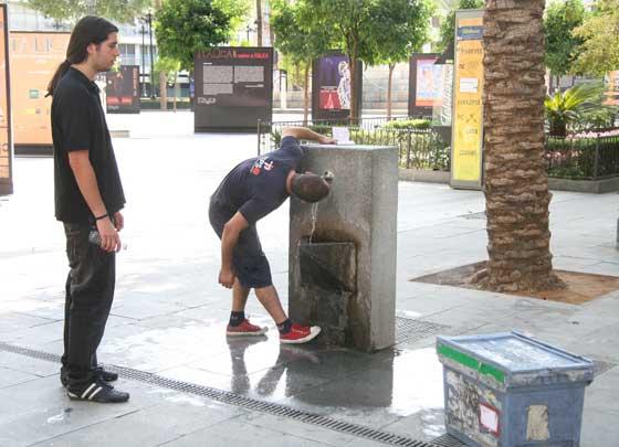 Un joven bebe agua en una fuente pública.  Foto: Victoria Hidalgo/Juan Carlos Vázquez