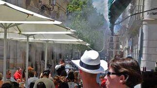 Las sombrillas en las terrazas hacen más llevadero el calor en las horas puntas.  Foto: Victoria Hidalgo/Juan Carlos Vázquez