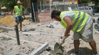 Un obrero trabaja en el pavimento del nuevo carril bici./ Belén Vargas