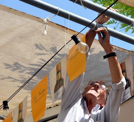Farolillos, banderines y bonmbillas son imprescindibles en la decoración del Real.