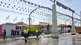 Operarios de limpieza dan un último repaso a las calles del Real