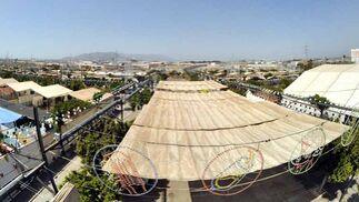Panorámica del Real de La Feria cubierto de toldos para soportar el calor durante la feria de día.