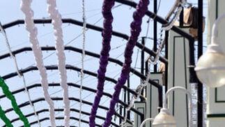 Una de las calles del Real de la Feria ya decorada con los tradicionales farolillos verdes y morados.