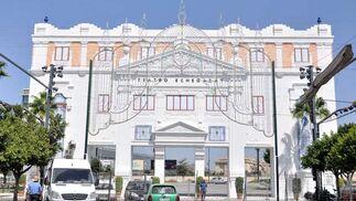 La portada principal del Real lista para dar la bienvenida a malagueños y turistas,