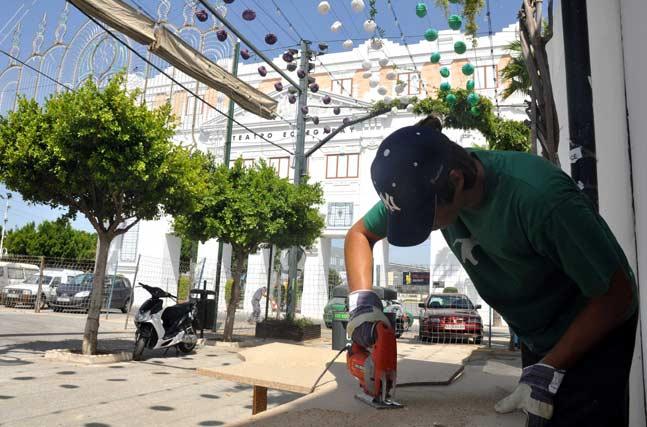 Un trabajador en plena faena para que todo esté listo el próximo día 15 de agosto.