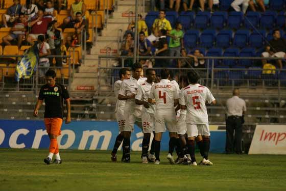 Abrazos tras el segundo gol sevillista.  Foto: Kiki