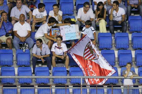 Aficionados sevillistas en el Ramón de Carranza.  Foto: Kiki