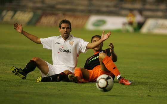 Fernando Navarro protesta una falta sobre Joaquín.  Foto: Kiki