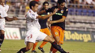 Lolo intenta cortar el avance de Vicente.  Foto: Román Ríos (Efe)