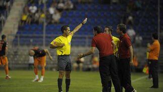El andaluz Paradas Romero expulsa al técnico del Sevilla, Manolo Jiménez  Foto: Kiki