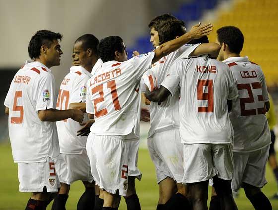 Los jugadores del Sevilla felicitan a Kone por el 2-0  Foto: Cristina Quicler (Afp)