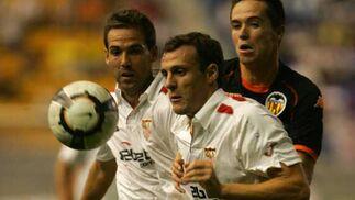 Squillaci y Fernando Navarro protegen el balón ante el valencianista Míchel.  Foto: Cristina Quicler (Afp)