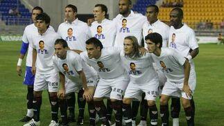 El equipo inicial del Sevilla, con el recuerdo a Jarque.  Foto: Kiki