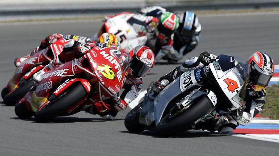 El japonés Hiroshi Aoyama, por delante de un grupo de pilotos en el Gran Premio de la República Checa de 250 cc.  Foto: Reuters