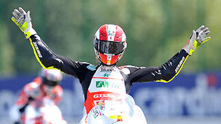Marco Simoncelli celebra su victoria en 250 cc.  Foto: AFP Photo
