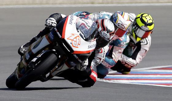 El español Nicolás Terol, seguido por su compatriota Julián Simón y el italiano Andrea Iannone, en la carrera de 125 cc del Gran Premio de la República Checa.  Foto: Reuters