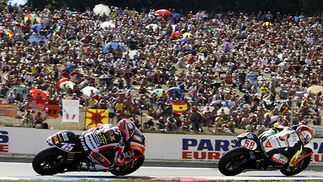El italiano Marco Simoncelli, por delante de su compatriota Mattia Pasini en el Gran Premio de la República Checa de 250 cc.  Foto: Reuters